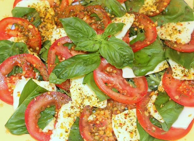 Salát s rajčaty, mozzarellou a bazalkou ( foto: Feelgoodpics)